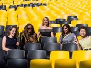 Regisseurin Barbara Miller (Mitte) mit vier ihrer Protagonistinnen am Filmfestival in Locarno 2018. (KEYSTONE/ALEXANDRA WEY) (Bild: KEYSTONE/ALEXANDRA WEY)