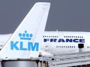 Flieger von Air France und KLM am Pariser Flughafen (Archivbild). (Bild: KEYSTONE/AP/REMY DE LA MAUVINIERE)