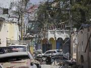 Bilder der Zerstörung nach einem Autobombenanschlag in Mogadischu. Die Gefechte mit den Islamisten in der Gegend dauern an. (Bild: Keystone/EPA/SAID YUSUF WARSAME)