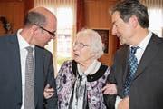 Marianne Amstad-von Moos feierte ihren 100. Geburtstag mit Regierungsrat Christoph Amstad – sie ist seine Grosstante – und Gemeindepräsident Beat von Wyl. (Bild: Marion Wannemacher, Giswil, 1. März 2019)