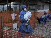 Ein Ebolazentrum der Nichtregierungsorganisation Ärzte ohne Grenzen (MSF) im Kongo. Zwei solcher Einrichtungen waren niedergebrannt worden. (Bild: Keystone/AP Medecins Sans Frontieres/JOHN WESSELS)
