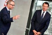 Raiffeisen-Chef Heinz Huber (links) und Verwaltungsratspräsident Guy Lachappelle, nehmen Stellung vor den Medien in Zürich. (Bild: Keystone/Walter Bieri)