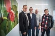 Freuen sich über die Vernissage: Spitaldirektor Stephan Kunz, Chirurgie-Chefarzt Markus Röthlin, Ifolor-Mitinhaber Hannes Schwarz und Künstler Richard Tisserand. (Bild: Andrea Stalder)