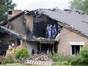 Überresten des Hauses in Oberhallau SH, in das ein Pilot ein Kleinflugzeug gelenkt hatte. (Bild: KEYSTONE/WALTER BIERI)