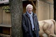 Emil Steinberger posiert beim Fototermin in Basel spontan mit einer Kuhfigur. (Bild: Roland Schmid, 4. März 2019)