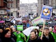 Zehntausende Niederländer haben am Sonntag in Amsterdam für eine «ehrliche Klimapolitik» ihrer Regierung demonstriert. (Bild: KEYSTONE/EPA ANP/ROBIN VAN LONKHUIJSEN)