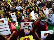 Exiltibeter begehen unter anderem in Indien den 60. Jahrestag des Volksaufstand in Tibet. Sie fordern ein Ende der chinesischen Herrschaft in Tibet. (Bild: KEYSTONE/EPA/STR)