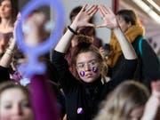 500 Frauen nahmen an den Streikvorbereitungen in Biel teil. (Bild: KEYSTONE/ADRIEN PERRITAZ)