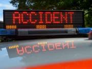 Bei einem Selbstunfall auf der Autobahn bei Versoix GE ist am frühen Sonntagmorgen ein Paar ums Leben gekommen. (Bild: KEYSTONE/MARTIAL TREZZINI)