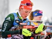 Schnell laufen konnte sie schon lange, nun traf sie auch hervorragend: Die ehemalige Langläuferin Denise Herrmann gewann an der Biathlon-WM in Östersund die Goldmedaille in der Verfolgung (Bild: KEYSTONE/EPA TT NEWS AGENCY/JESSICA GOW)
