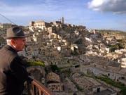 Im süditalienischen Matera, Europas Kulturhauptstadt 2019, wird die Prolog-Szene der 25. Ausgabe des neuen James Bond-Films mit Daniel Craig in der Hauptrolle gedreht. Dies berichten italienische Medien am Sonntag. (Bild: KEYSTONE/AP/ANDREW MEDICHINI)