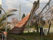 In Baden-Württemberg wehte Sturm «Eberhard» das Dach der Halle einer Tankstelle weg. Dieses landete auf einer Tramlinie. (Bild: KEYSTONE/APA/Pr-Video/R.PRIEBE)