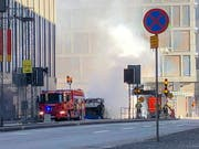 Bei der Detonation eines Busses in Stockholm wurde der Fahrer verletzt. Das Fahrzeug brannte lichterloh. Die Polizei spricht von einem Verkehrsunfall. (Bild: KEYSTONE/EPA TT NEWS AGENCY/TOMAS BENGTSSON)
