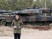 Der polnische Ministerpräsident Mateusz Morawiecki hielt am Sonntag bei der Zeremonie zu 20. Jahrestages des Nato-Beitritts von Polen, Tschechien und Ungarn in Warschau eine Rede. Die erste Panzerbrigade der polnischen Armee präsentierte dabei ihre Fahrzeuge. (Bild: KEYSTONE/EPA PAP/PAWEL SUPERNAK)
