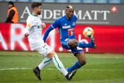 Schnell und torgefährlich: Blessing Eleke vom FC Luzern ist vor St.Gallens Philippe Koch am Ball.