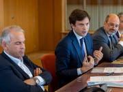 Die Genfer Stadträte Rémy Pagani (links) und Guillaume Barazzone (mitte) stehen in der Spesenaffäre der Stadt als Beschuldigte im Visier der Justiz. (Bild: KEYSTONE/MARTIAL TREZZINI)