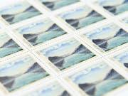 Die Schweizerische Post lässt bestimmte Briefmarken in Deutschland drucken, weil die gewünschte Qualität von inländischen Anbietern nicht gewährleistet werden kann. (Bild: KEYSTONE/ANTHONY ANEX)