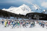 Das langgezogene Marathon-Feld skatet über den Silsersee. (Bild: Andy Mettler/Swiss-Image (Sils, 10. März 2019))
