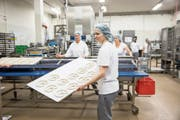 Die Brezelkönig-Produktion in Emmen läuft auf Hochtouren. (Bild: Manuela Jans-Koch, 8. März 2019)