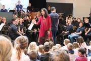 Die Stadtharmonie und die Märchenerzählerin Manuela Baumann boten mit dem «Gestiefelten Kater» beste Unterhaltung. (Bild: Barbara Hettich)