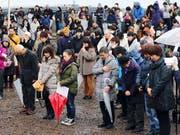 Mit einer Schweigeminute gedenken Japaner der Opfer der Tsunami-Katastrophe vor acht Jahren. (Bild: KEYSTONE/EPA JIJI PRESS)