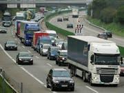 Der Bund investiert Milliarden, um den Verkehrskollaps auf den Autobahnen zu verhindern. (Bild: KEYSTONE/STEFFEN SCHMIDT)