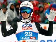 Simon Ammann zeigt in der Qualifikation in Lillehammer eine starke Leistung und belegt Platz 5 (Bild: KEYSTONE/AP/MATTHIAS SCHRADER)