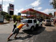 Wegen des Stromausfalls sind in Venezuela nur noch wenige Tankstellen offen. (Bild: KEYSTONE/AP/EDUARDO VERDUGO)