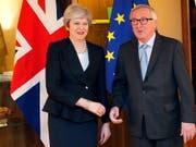 Die britische Regierungschefin May hat sich am Montagabend zu Last-Minute-Gesprächen mit EU-Kommissionschef Jean-Claude Juncker in Strassburg getroffen. (Bild: KEYSTONE/EPA REUTERS POOL/VINCENT KESSLER / POOL)
