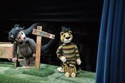 Wer den Weg nicht weiss, braucht einen Wegweiser: Janoschs Bär und Tiger suchen im Figurentheater Panama. (Bild: Tine Edel)