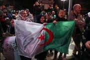 Nachdem Präsident Bouteflika gestern seinen Verzicht angekündigt hatte, feierten Bürger auf den Strassen der Hauptstadt Algier. (Bild: Mohammed Messara/EPA)