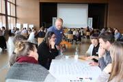 Freiwillige Einwohner diskutieren gruppenweise über die Zukunft von Egnach. (Bild: Trudi Krieg)