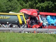 Der Personenwagen wurde so stark zerdrückt, dass er auf Bildern zwischen den beiden Lastwagen kaum zu erkennen war. (Bild: Keystone/KEYSTONE/TI-PRESS/RESCUE MEDIA)