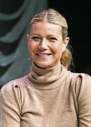 Gwyneth Paltrow verströmt eine glamouröse Natürlichkeit im beigen Pullover. Und sie lacht immer.