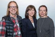 Die Referentin Regierungsrätin Heidi Hanselmann (Mitte) und die neuen Ehrenmitglieder Brigitte Sprecher und Bernhard Vögeli. (Bild: PD)