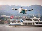 Eine Postdrohne transportiert Laborproben über den Zürichsee. Ausgewählte Drohnenbetreiber in der Schweiz können in einem Testversuch eine automatisierte und manuelle Fluggenehmigung für den Flug in zwei von Skyguide kontrollierten Lufträumen in Lugano und im Kanton Genf anfordern. (Bild: KEYSTONE/AP Matternet)