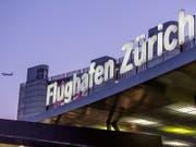 Der Flughafen Zürich hat im vergangenen Geschäftsjahr vom rekordhohen Passagieraufkommen profitiert und den Umsatz deutlich gesteigert. Der Gewinn fiel dagegen wegen Sondereffekten tiefer aus. (Bild: KEYSTONE/GAETAN BALLY)