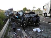 Bei diesem Verkehrsunfall am 7. August 2018 auf der A4 zwischen Goldau und Küssnacht kamen zwei Personen ums Leben, zwei weitere wurden schwer verletzt. (Bild: Kantonspolizei Schwyz)