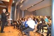 Die Jungmusikanten, Leitung Christian Schlegel, stellen ihr Können unter Beweis. (Bild: Adi Lippuner)