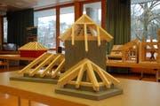 In der Aula des Berufs- und Weiterbildungszentrums Toggenburg sind die kleineren Modellarbeiten ausgestellt. Die grösseren befinden sich auf dem Vorplatz. (Bild: Anne-Sophie Walt)