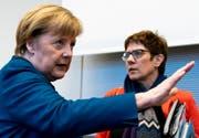 Die Werteunion möchte im Berliner Kanzleramt lieber heute als morgen den Wechsel von Angela Merkel (links) zu Annegret Kramp-Karrenbauer (rechts). (Bild: Alexander Becher/EPA; Berlin, 12. Februar 2019)