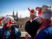 Kleine und grosse Basler Fasnächtler bereiten sich am Fasnachtsdienstag aufs «Gässle» vor. (KEYSTONE/Gian Ehrenzeller) (Bild: KEYSTONE/GIAN EHRENZELLER)