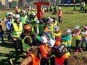 Kräne und Bauwagen aus Pappe, Helme und Sicherheitswesten: Die Kinder hatten sich für den Bauauftakt vieles einfallen lassen.