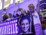 Frauen in Rio fordern bei einer Demonstration am Weltfrauentag «Gerechtigkeit für Marielle». (Bild: Keystone/AP/SILVIA IZQUIERDO)