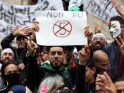 Die Freude über den Verzicht Bouteflikas auf eine 5. Amtszeit waren nur von kurzer Dauer. Jetzt gegen sie erneut auf die Strasse. (Bild: Keystone/EPA/MOHAMED MESSARA)