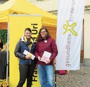 Machen auf freiwillige Pflegearbeit aufmerksam: Miriam Christen-Zarri, Kantonalpräsidentin Frauenbund Uri (links), und Eveline Lüönd, Programmleiterin «Gesund ins Alter», Gesundheitsförderung Uri. (Bild: PD)
