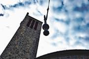 Mit einem Seilzug ging es für die alten Klöppel hinunter und für die neuen nach der Segnung durch Gregor Cacur hinauf. (Bild: Bilder: Remo Zollinger)