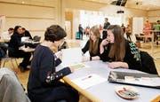Jasmin Abächerli und Özlem Celik (rechts) lassen an der Jobmesse im Lorzensaal ihre Lebensläufe beim CV-Check von Susanne Teismann (links) anschauen. (Bild: Stefan Kaiser (Cham, 12. März 2019))