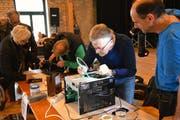 In der Aula Sandbänkli lassen professionelle Reparateure nichts unversucht, um schadhafte Geräte wieder zum Laufen zu bringen. (Bild: Helio Hickl)