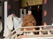 Kaiser Akihito auf seinem Weg zum Ritual im Tempel im Palast in Tokio, wo er seinen Vorfahren über die baldige Abdankung berichtet. (Bild: Keystone/AP)